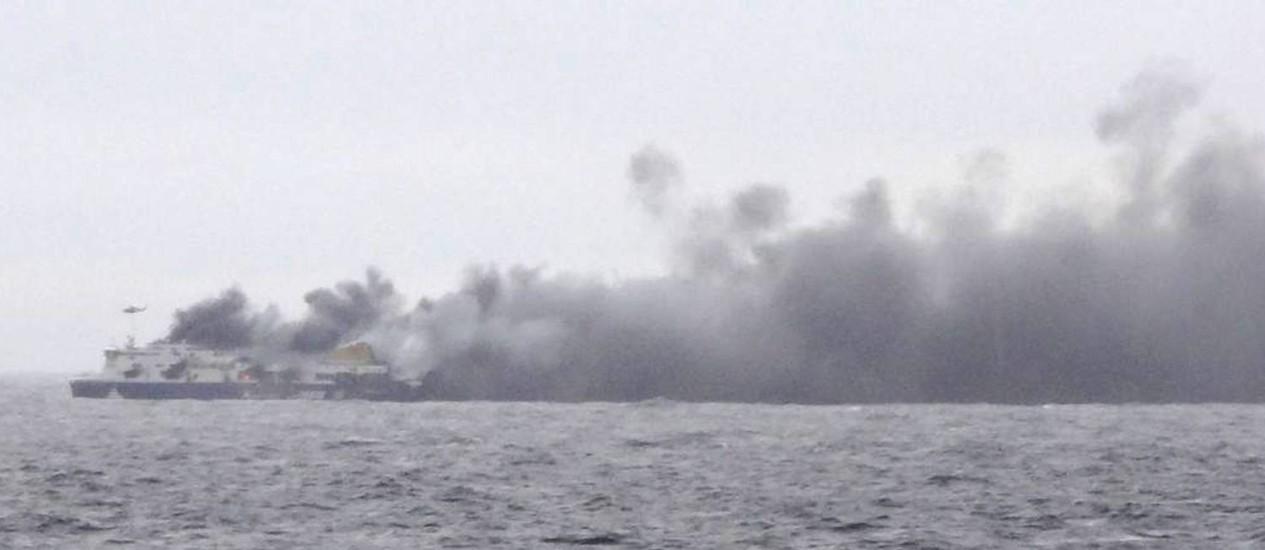 A embarcação tomada pela fumaça das chamas Foto: AP