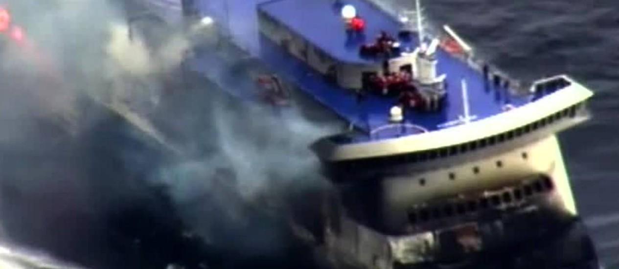 Balsa Norman Atlantic durante o momento do incêndio na garagaem. Companhia grega responsável pela viagem entre Patras e Ancona afirmou que situação na embarcação está sob controle Foto: HO / AFP
