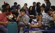 Familiares de passageiros do voo QZ8501 aguardam no Aeroporto Internacional de Juanda, em Surabaya, na Indonésia. Buscas foram reiniciadas no fim da noite deste domingo