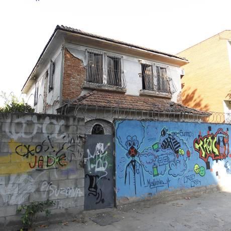 O imóvel da Rua Justiniano da Rocha se encontra em estado crítico Foto: Pedro Teixeira / Agência O Globo