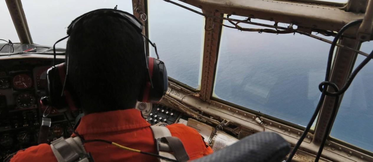 Esquadrão aéreo da Indonésia procura destroços do voo da AirAsia Foto: Dita Alangkara / AP