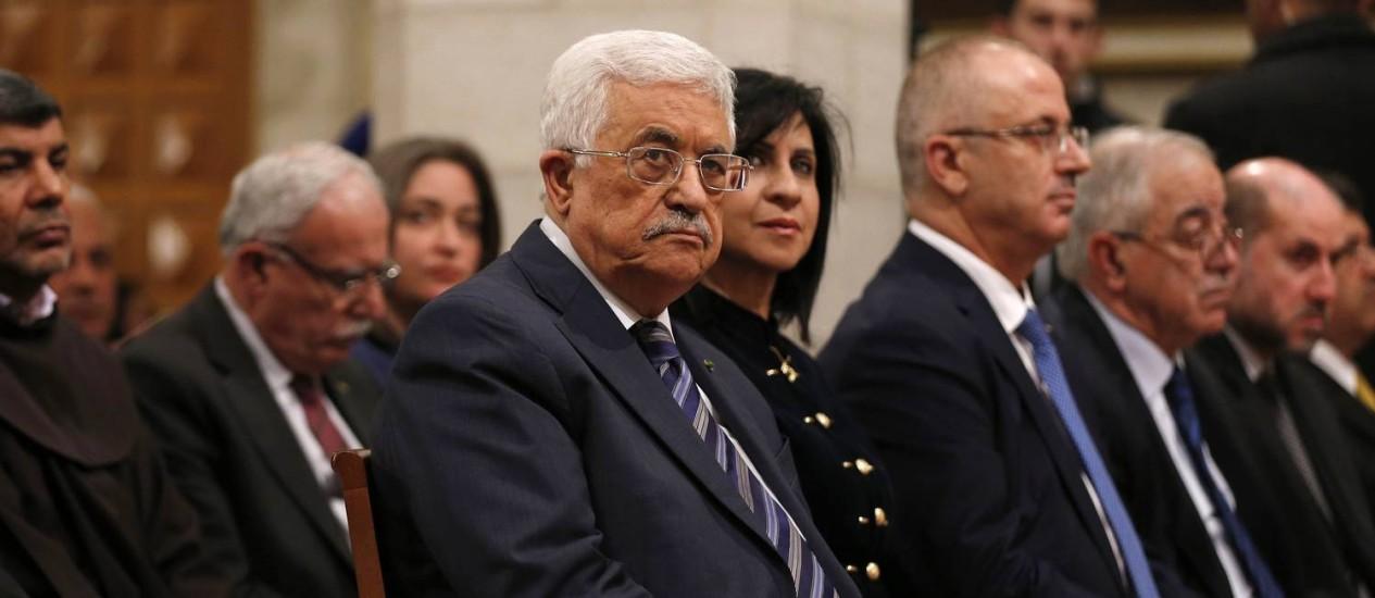 Mahmoud Abbas, presidente da Autoridade Palestina, durante missa no Natal: proposta deve ganhar novo veto Foto: AMMAR AWAD / AFP