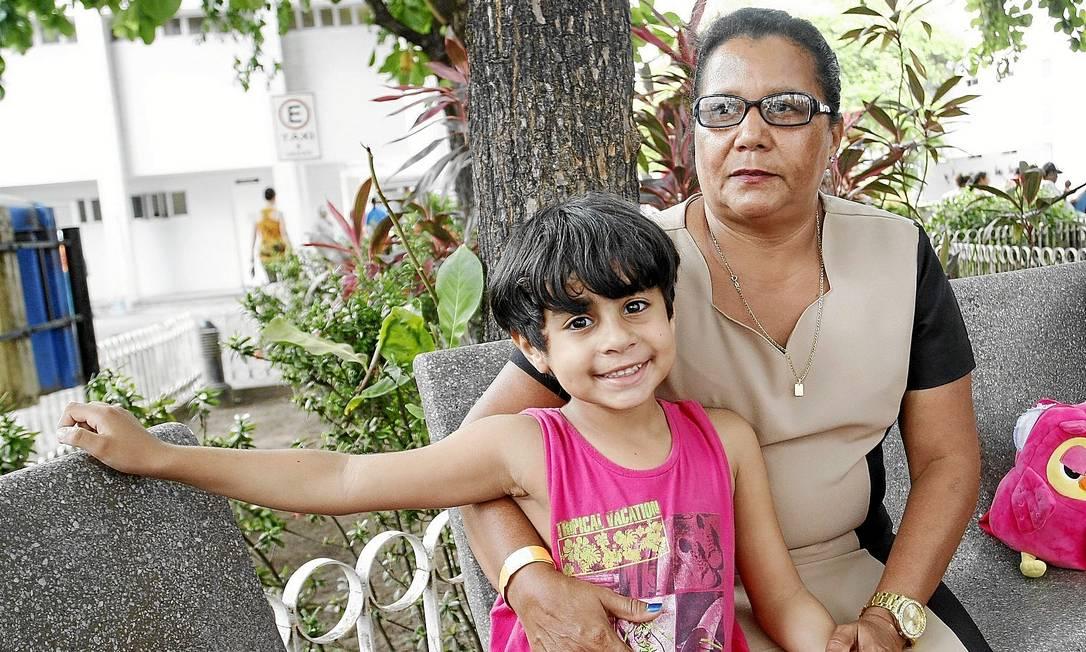 Juan Riquelme, de 5 anos, com a avó, Cícera Maria: cuidados com a saúde desde cedo beneficiaram o garoto e, segundo a pesquisa, explicam a inversão de tendência Foto: Hans von Manteuffel /