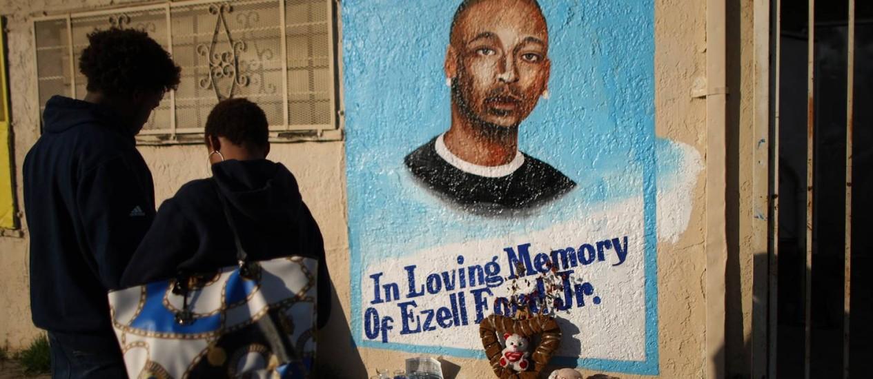Memorial para Ezell Ford em região onde ele foi morto, em Los Angeles Foto: DAVID MCNEW / AFP