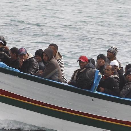 Imigrantes cruzam o Mar Mediterrâneo em direção a Lampedusa, na Itália Foto: Reuters