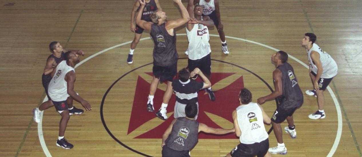 Bons tempos. Treino da equipe de basquete do Vasco, na época campeã brasileira e sul-americana, no ginasio de São Januario em 2001 Foto: Hipólito Pereira/18-10-2001
