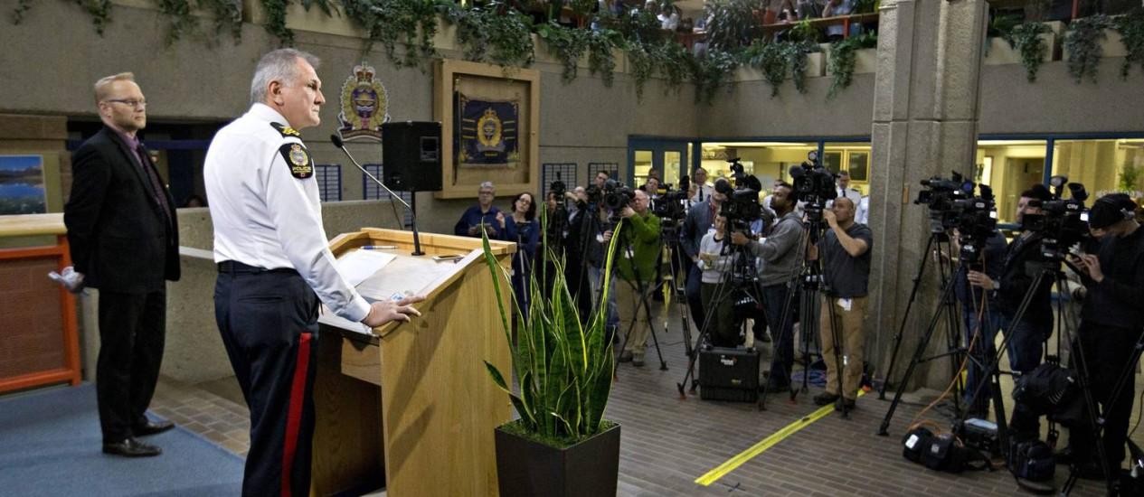 Comissário Rod Knecht divulga comunicado sobre a morte de nove pessoas em Edmonton Foto: Jason Franson / AP