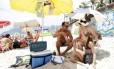 Marcelo da Silva Pereira, a esposa Vânia Maria de Freitas e a filha levam o kit praia, com cadeira, barraca e bebidas para fugir dos preços da praia