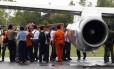 Membros da Agência Nacional de Buscas e Resgate da Indonésia (Basarnas) carregam caixão com uma das vítimas do acidente com o voo 8501 da AirAsia no aeroporto em Pangkalan Bun