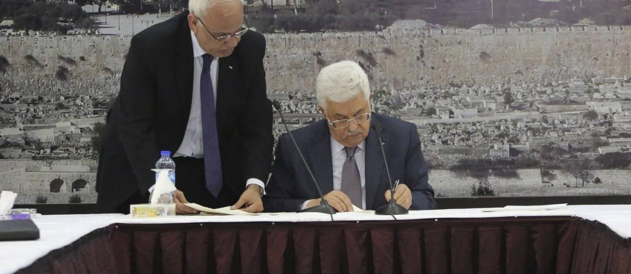 Na Cisjordânia, Mahmoud Abbas assina Estatuto de Roma Foto: REUTERS