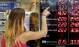 Dólar sobe forte no quinto dia seguido de alta. Cotação da moeda chegou a R$ 2,75