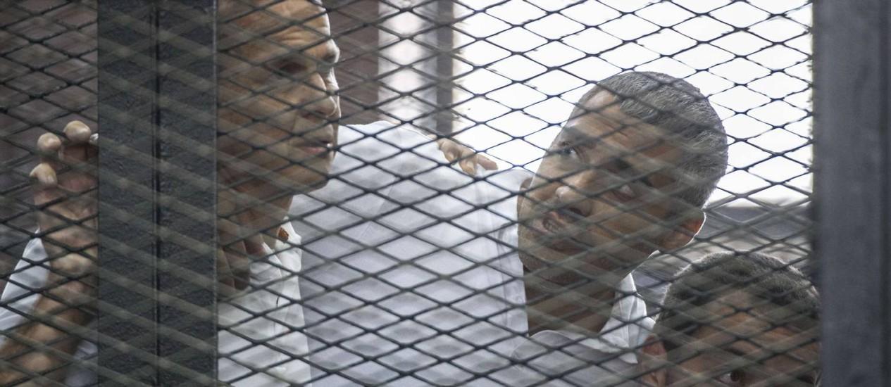 Peter Greste, Mohamed Fadel Fahmy e Baher Mohamed estão presos desde dezembro de 2013 Foto: KHALED DESOUKI / AFP