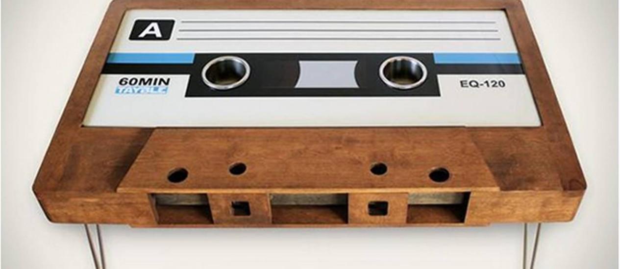 Mesa com etiqueta de vinil para lembrar a fita cassete Foto: Tayble