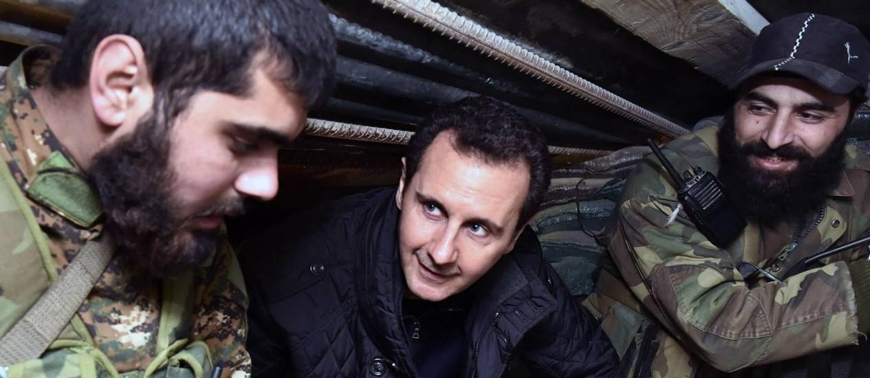 Bashar al-Assad conversa com soldados sírios na véspera de Ano Novo: guerra matou mais de 76 mil apenas em 2014 Foto: SANA / AP
