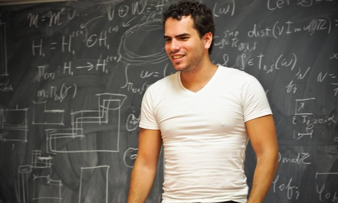 SOC - 12/08/2014 - Rio de Janeiro - O matemático premiado Artur Ávila, de 35 anos, ganhador do prêmio Nobel de Matemática, em Paris, França. Foto: Américo Mariano Foto: Américo Mariano