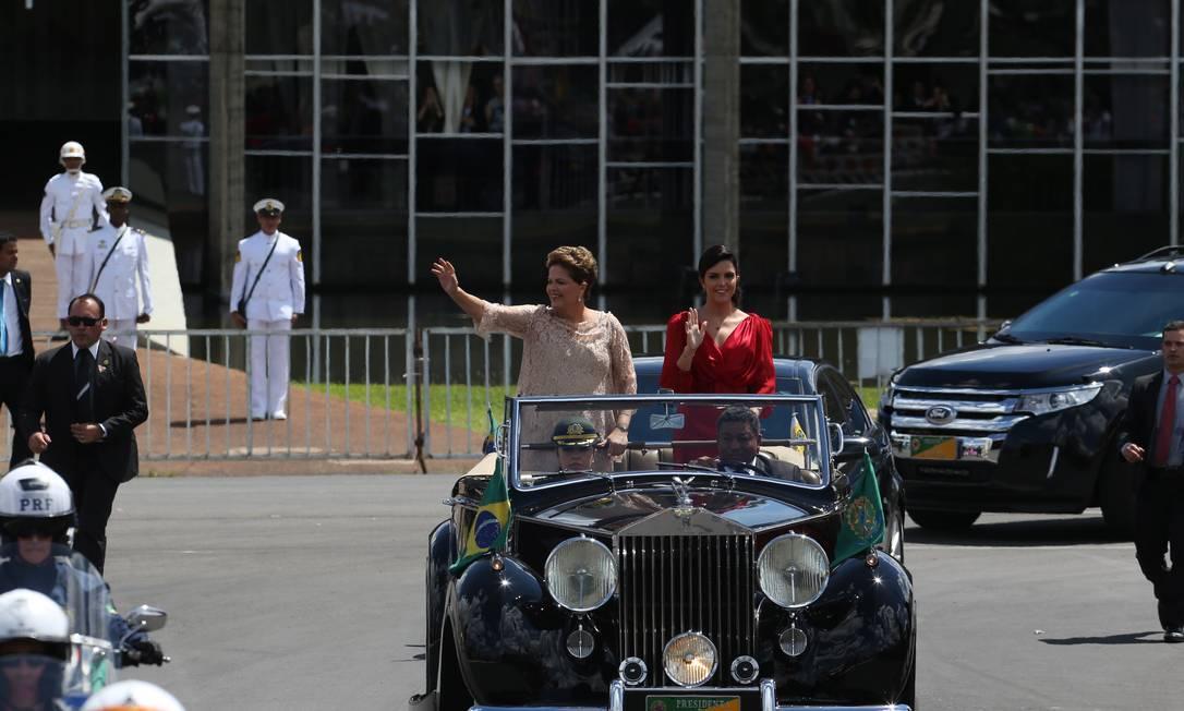 Ao lado da filha, Dilma desfila em carro aberto pelas ruas de Brasília Foto: Ailton de Freitas / Agência O Globo