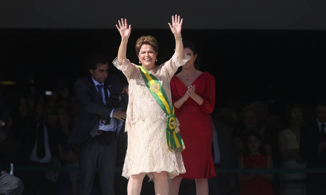 Dilma acena após receber faixa presidencial Foto: ANDRE COELHO/Agencia O Globo / Agência O Globo
