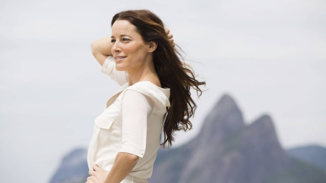 A atriz portuguesa em Ipanema, onde escolheu morar no Rio Foto: Ana Branco / Agência O Globo