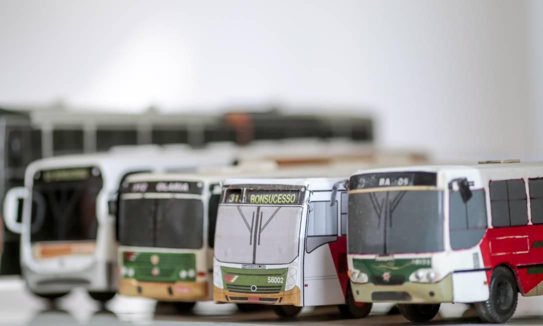 """Miniaturas de ônibus de coleções particulares: o que está escrito """"Bonsucesso"""" muda o letreiro dos destinos Foto: Pedro Kirilos"""
