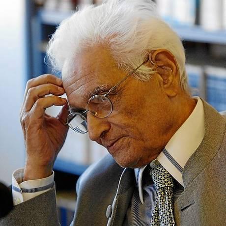 Jacques Derrida em coletiva no Brasil, em 2004, ano de sua morte Foto: Agência O GLOBO / Marcia foletto
