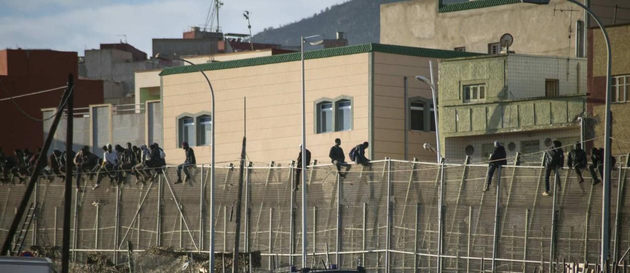 Imigrantes africanos em cerca no enclave de Melilla: procura para atravessar aumentou drasticamente Foto: Jesus Blasco de Avellaneda / REUTERS