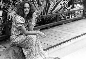 """""""Piscina eu amo"""". Bethânia na piscina de casa, em São Conrado: entre os detalhes que revelam um pouco da sua personalidade está o amor pelas piscinas Foto: Arquivo/13-12-1972"""