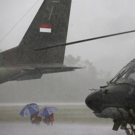 Condições meteorológicas também não ajudaram as equipes na base de Pangkalan Bun Foto: DARREN WHITESIDE / REUTERS