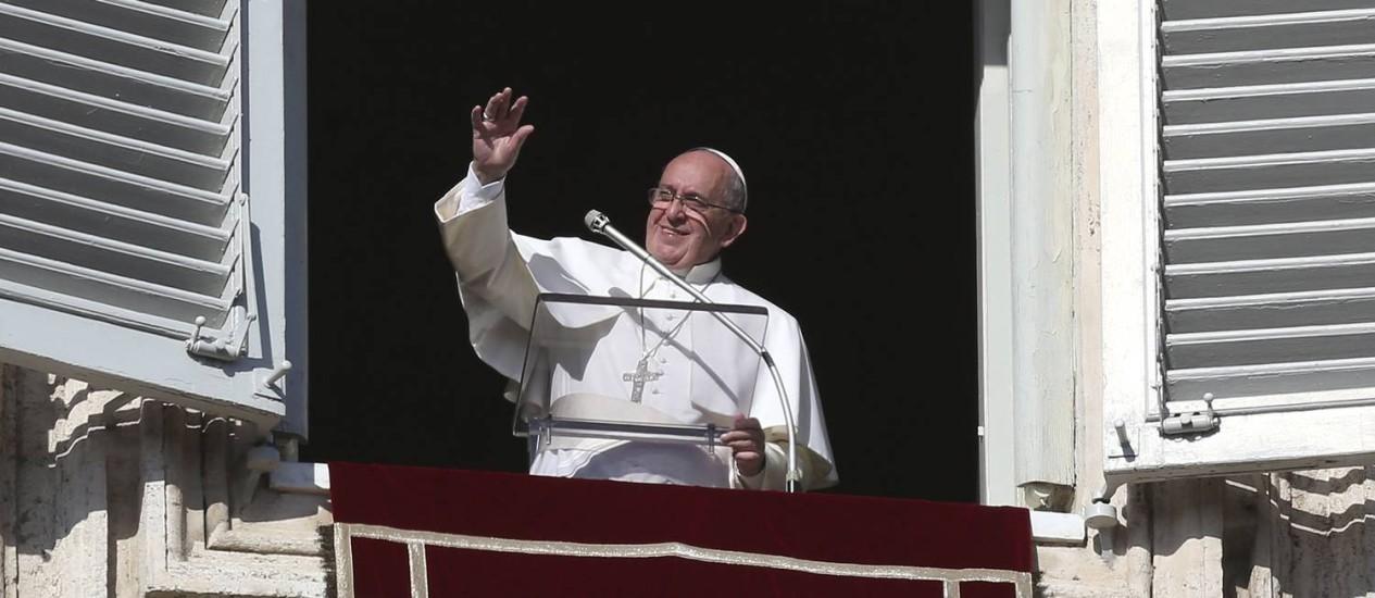 Papa Francisco acena para multidão que lotou a Praça São Pedro neste domingo Foto: ALESSANDRO BIANCHI / REUTERS