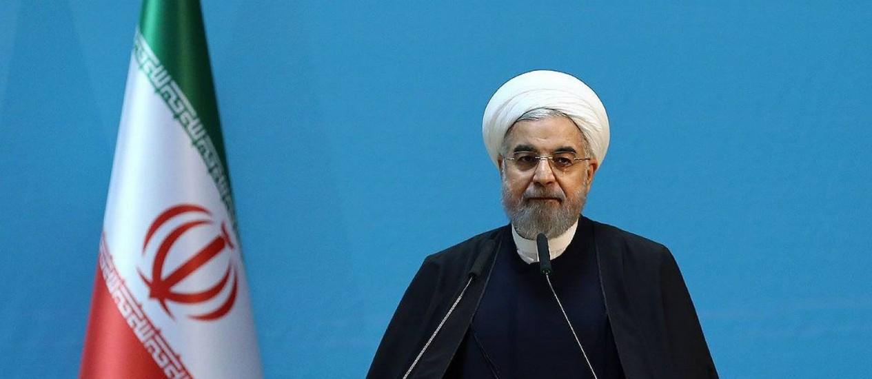 Hassan Rouhani em conferência com economistas, em Teerã: presidente quer desfazer políticas de Ahmadinejad Foto: IRANIAN PRESIDENCY / AFP