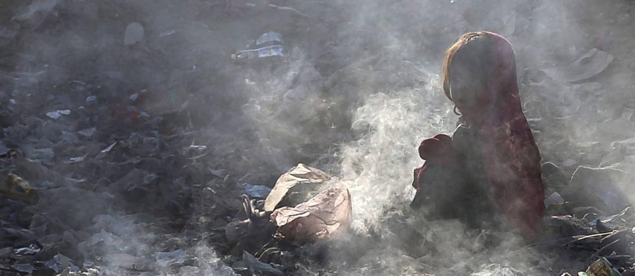 Menina afegã no meio de um lixão em Cabul: falta de investimentos comprometeu resultado do programa dos Objetivos do Milênio em países menos desenvolvidos; agora, novo projeto será voltado para a escassez de recursos Foto: MOHAMMAD ISMAIL / REUTERS
