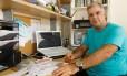 O Yan Rallon controla o orçaamento da família longo do ano, usando uma planilha