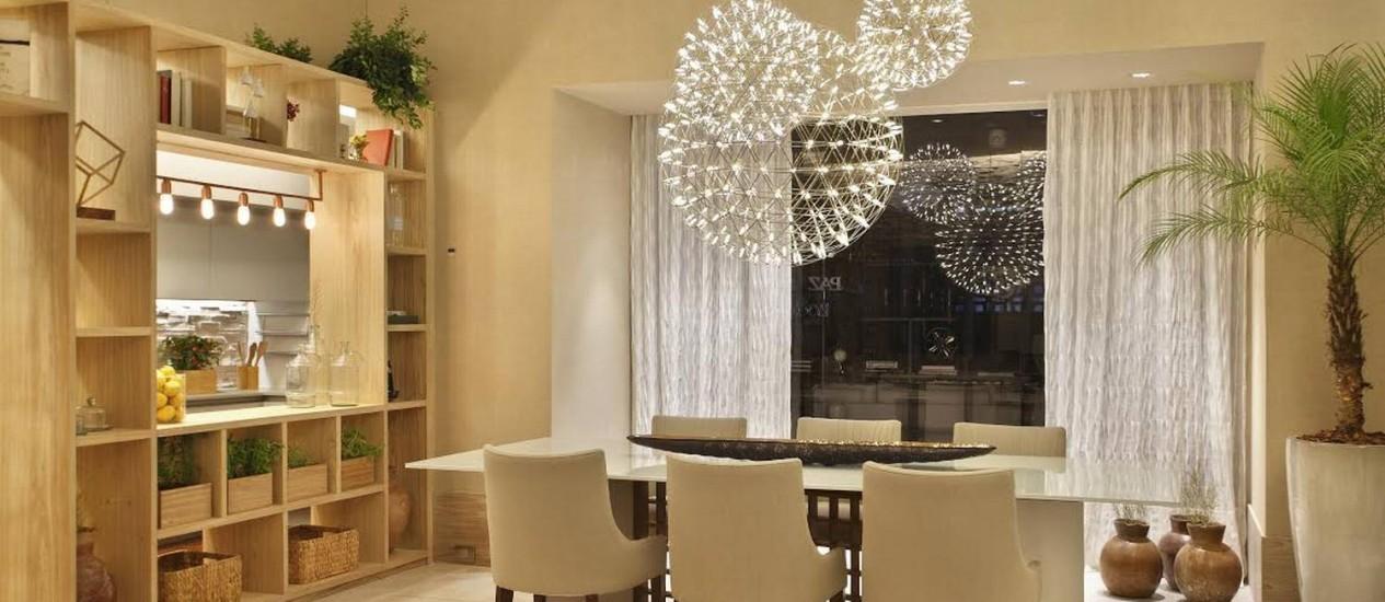 Tendências: luminárias embutidas na cortina, pendentes sobre a mesa e de cobre no armário são destaque no projeto da arquiteta Patrícia Fiuza Foto: Divulgação