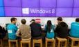Funcionários dão assistência a clientes na inauguração de uma loja da Microsoft, em Bellevue, Washington, EUA, em 26 de outubro de 2012