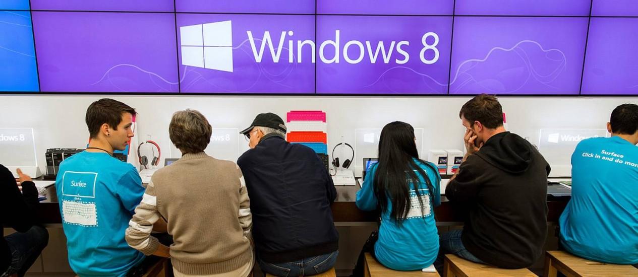 Funcionários dão assistência a clientes na inauguração de uma loja da Microsoft, em Bellevue, Washington, EUA, em 26 de outubro de 2012 Foto: Stuart Isett / Bloomberg via Getty Images