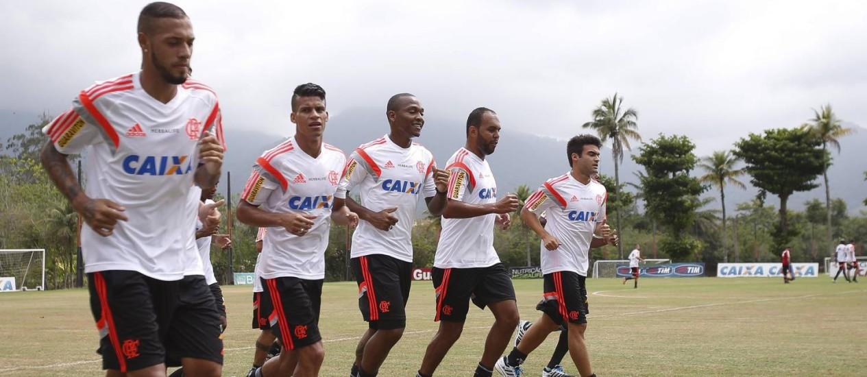 Reapresentação do do Flamengo no Ninho do Urubu: Paulinho, Thallyson, Samir, Alecsandro e Arthur Maia correm em volta do campo Foto: Alexandre Cassiano / Agência O Globo