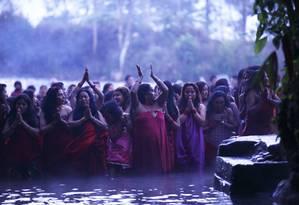 Mulheres rezam e se banham no rio Saali em Katmandu: nepalesas são vítimas de agressões no transporte público Foto: NAVESH CHITRAKAR / REUTERS