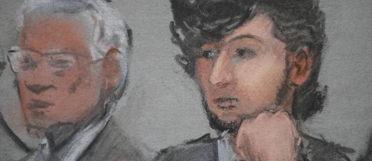 Dzhokhar Tsarnaev, à direita, em um desenho feito durante o início de seu julgamento. Foto: REUTERS
