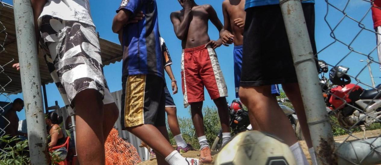 Crianças jogam futebol na Cidade de Deus, no Rio. Estímulo a exercício físico é uma das medidas para reduzir crianças com peso acima do normal Foto: Joyce RG / AFP