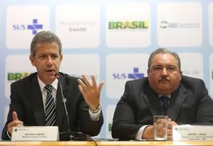 O ministro da Saúde, Arthur Chioro, ao lado do diretor da ANS, André Longo Foto: ANDRE COELHO / Agência O Globo