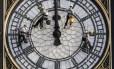 Funcionários trabalham na manutenção de um dos relógios mais famosos do mundo, o Big Ben, em Londres