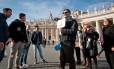 Guia conduz grupo de turistas em passeio pelos museus do Vaticano