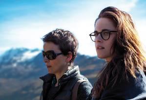 """Em """"Acima das nuvens"""", Juliette Binoche interpreta uma atriz madura que se isola numa casa dos Alpes suíços com sua assistente, vivida por Kristen Stewart. Foto: Divulgação / Divulgação"""