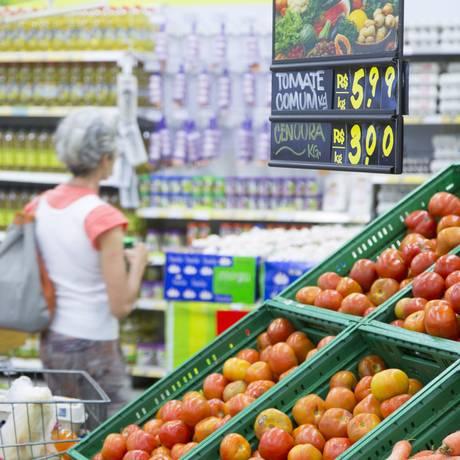 Consumidora confere preços em supermercado do Rio Foto: Leo Martins / Agência O Globo