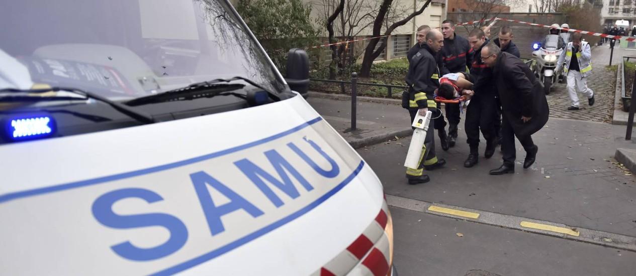 Bombeiros resgatam vítima de ataque em Paris Foto: MARTIN BUREAU / AFP