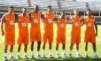 As sete novas contratações do Fluminense posam para fotos nas Laranjeiras