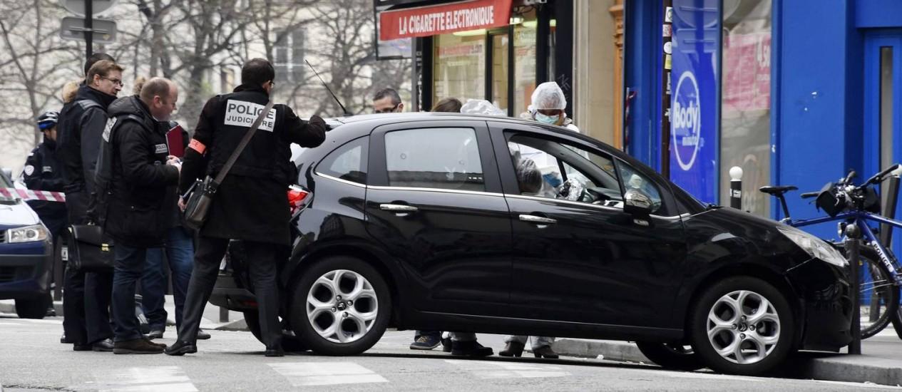 Carro onde estavam atiradores foi abandonado no Nordeste de Paris Foto: DOMINIQUE FAGET / AFP