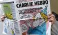Leitor confere edição mais recente do jornal 'Charlie Hebdo', em Paris