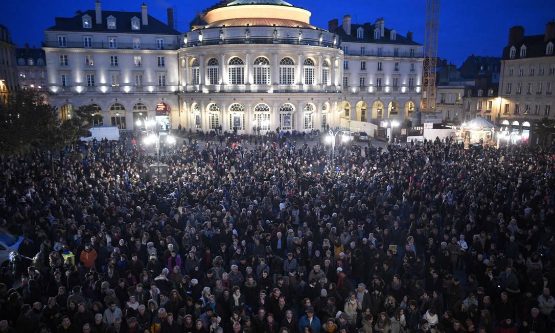Em Rennes, uma multidão se reúne para protestar contra o ataque à revista DAMIEN MEYER / AFP