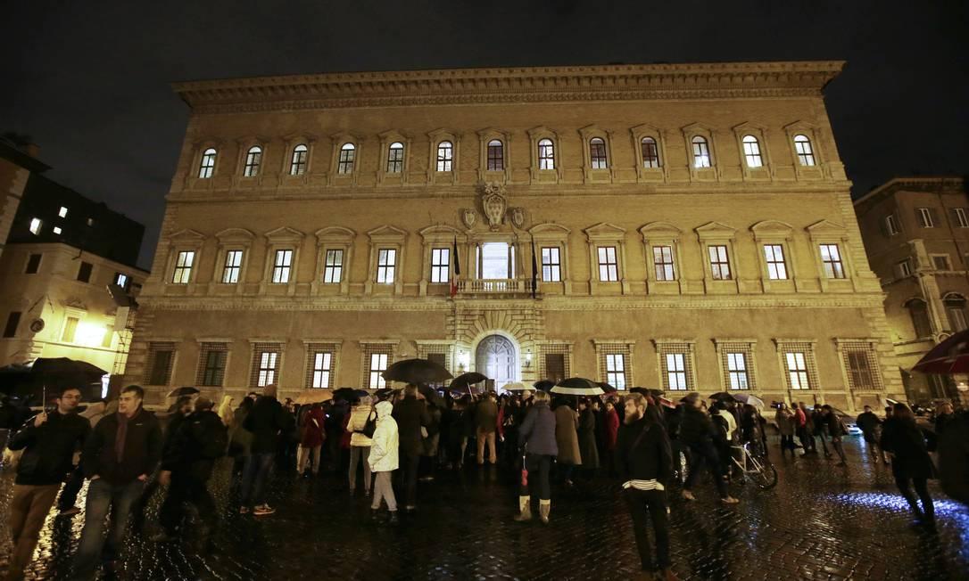 Em Roma, pessoas se reúnem em frente à embaixada francesa Gregorio Borgia / AP