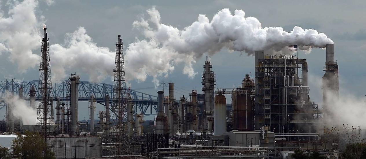 Refinaria nos EUA: exploração de combustíveis fósseis deve ser radicalmente reduzida, especialmente no Oriente Médio e em países desenvolvidos Foto: SPENCER PLATT / AFP
